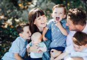 Una famiglia con quattro bambini