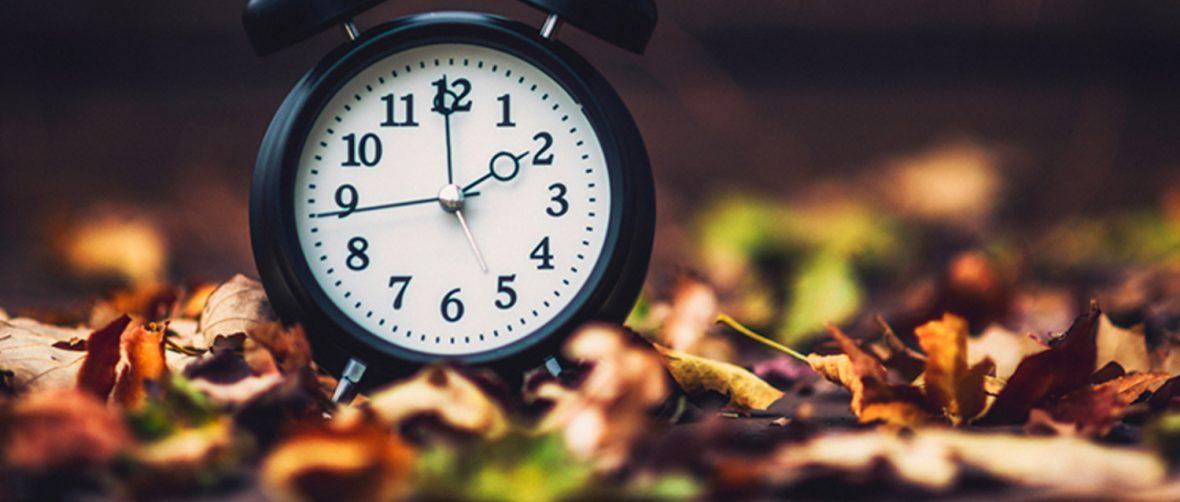 Un orologio tra le foglie d'autunno